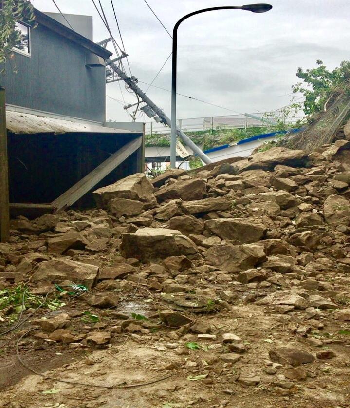 9月24日 小坪海岸トンネル崖崩れ!鎌倉〜逗子間が通行止めに!